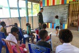 Satgas TNI bantu mengajar pelajaran matematika siswa SD perbatasan RI-PNG