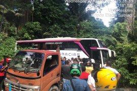 Kerahkan dua mobil derek, Polres Agam terus berupaya evakuasi bus pariwisata yang tersangkut di ruas jalan Kelok 44