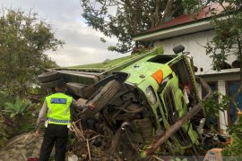 Di jalan menurun, truk bawa sawit remnya blong lalu hantam dua rumah, seorang luka ringan