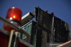 Kebakaran gedung bertingkat di Makassar