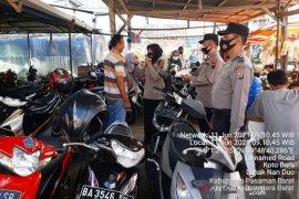 Antisipasi COVID-19, Polsek Pasaman bagikan masker ke pengunjung Pasar Simpang Tiga