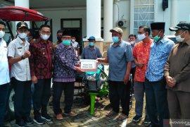 DPR RI salurkan bantuan alat pertanian kepada petani Solok Selatan