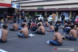 Polrestabes Makassar amankan seratusan orang yang diduga preman