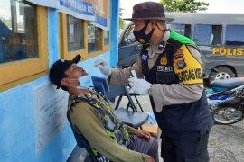 Polres Loteng swab antigen pengunjung Pasar Renteng