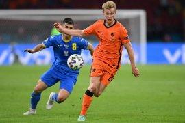 Taktik berisiko tinggi Frank de Boer untuk sementara aman-aman saja