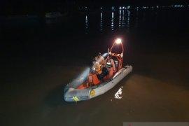 Tim SAR mencari anak yang terjatuh di Muara Sungai Agats Asmat