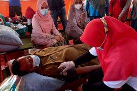 Peringati Hari Donor Darah Sedunia, Bupati Pessel donorkan darahnya di RSUD Dr M Zein Painan