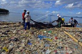 Sampah Plastik Cemari Pantai Bandar Lampung
