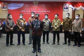 116 pegawai industri jasa keuangan jalani vaksinasi massal di Makassar