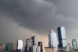 BMKG keluarkan peringatan hujan lebat disertai petir di sekitar Jakarta