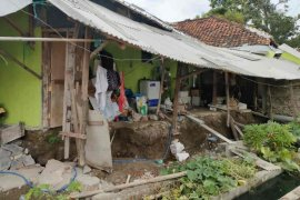 Tanah ambles, tiga rumah di Indramayu rusak berat