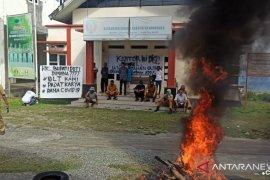 Gawat, aparat desa dan warga segel kantor desa di Kabupaten Donggala