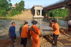 Basarnas cari pekerja proyek jembatan hanyut terserat arus sungai Batang Merangin