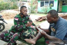 Tim kesehatan TMMD Kodim Biak beri pengobatan warga Kampung Swapodibo