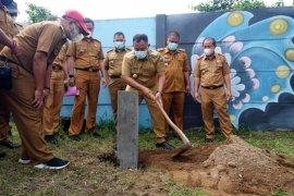 Bupati Lampung Selatan kawal pemasangan patok beton batas pantai