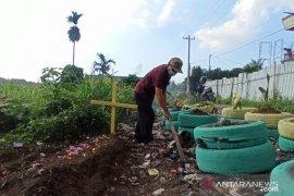 Petugas buat replika kuburan di tepi jalan cegah pembuangan sampah sembarangan