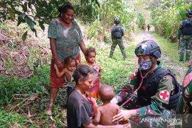 Satgas TNI beri pengobatan warga Kiwirok di Pegunungan Bintang