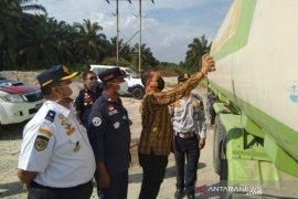 Dishub Riau tilang 53 kendaraan berat bermuatan berlebih