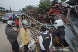 Truk Tabrak Rumah Dan Bus Di Kabupaten Tanah Datar Page 2 Small