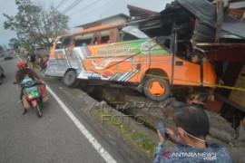 Truk Tabrak Rumah Dan Bus Di Kabupaten Tanah Datar Page 1 Small