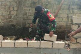 Personel Babinsa Koramil Biak Kota bantu warga bangun Poskamling