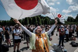Warga kota Tokyo menyaksikan pembukaan Olimpiade dari luar Stadion Tokyo