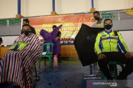 Tukang cukur di Garut distribusikan bantuan PPKM