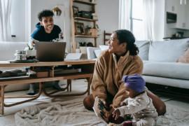 Menyiasati problem orang tua masa kini mengasuh anak dan bekerja dari rumah