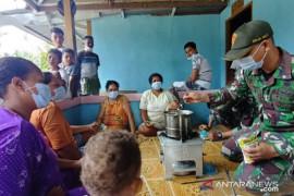 Satgas TNI Yonif 131 ajarkan warga perbatasan buat minuman tradisional