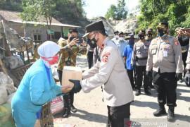 Korlantas membagikan 500 sembako kepada pemulung terdampak PPKM di Bantul