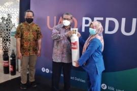 UAD Yogyakarta menyerahkan bantuan 105 tabung oksigen kepada rumah sakit
