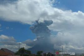 Gunung Sinabung erupsi semburkan abu vulkanik setinggi 4.500 meter