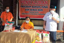 Bupati Padang Pariaman salurkan bantuan sosial atasi dampak pandemi COVID-19