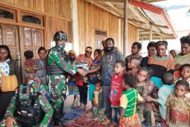 Satgas TNI Yonif 521 bagikan pakaian untuk warga Obano Paniai Papua