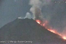 Gunung Merapi luncurkan awan panas sejauh 2,5 km