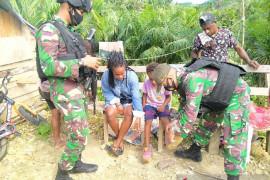 Satgas TNI bagikan pakaian dan sepatu untuk warga perbatasan