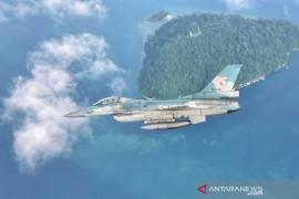 Pesawat Tempur F-16  patroli pulau terluar di Selat Malaka