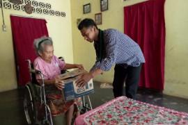 Kader HMI Lampung Timur  bantu sembako kepada nenek Herawati
