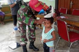 TNI-Puskesmas Wooi berikan layanan kesehatan warga kampung Karemoni