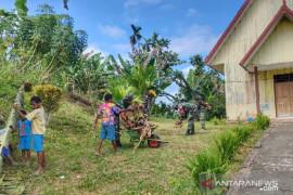 Satgas TNI bersama warga bersihkan gereja di perbatasan