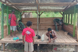 Satgas TNI Yonif 131 bersama warga bangun poskamling multi fungsi di perbatasan