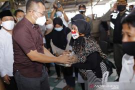 Pemprov NTB menyalurkan bantuan dan modal usaha PKL Pantai Ampenan