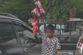 Pedagang asongan di Palembang tawarkan pernak-pernik HUT RI