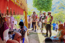 TNI-Polri aktif edukasi masyarakat kendalikan penularan COVID-19