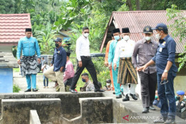 Keliling Meranti bersama anggota DPR RI, Wabup Asmar temukan sekolah retak