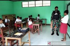 Satgas TNI beri bimbingan belajar siswa sekolah di perbatasan RI-PNG