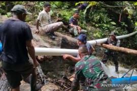 Satgas TNI Yonif 131 perbaiki saluran pipa sumber air bersih warga perbatasan