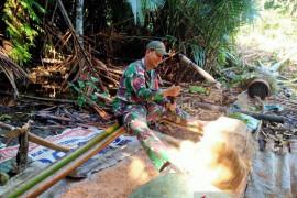 Satgas TNI Membantu Mengolah Sagu Warga Perbatasan Page 1 Small