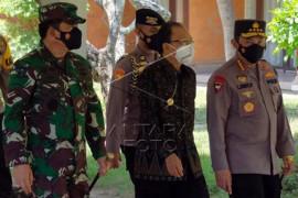 Panglima TNI bersama Kapolri mengunjungi isoter di Bali Page 1 Small