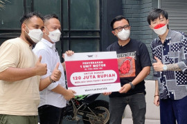 Mie Merapi, HPL dan dr. Tirta bagikan paket donasi hasil lelang motor
